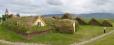 Pohled na celou farmu Glaumbær i s kostelíkem vzadu. V podstatě jde o jeden rozlehlý dům propojený chodbou s výjimkou několika místností přístupných pouze z venku.
