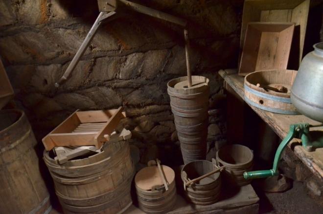 Místnost na zpracování mléka. Uprostřed máselnice, tedy nádoba sloužící k výrobě másla stloukáním.