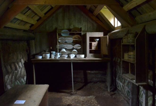 Místnost k nandavání jídla do misek. Každý člen rodiny měl svou misku, jedli však v ložnici, každý na své posteli.