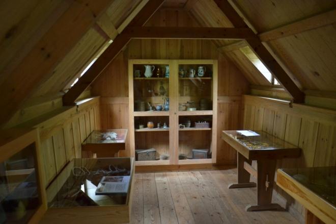 Místnost obložená dřevem, kde farář vyučoval děti. Dnes je tu výstava nejrůznějších předmětů.