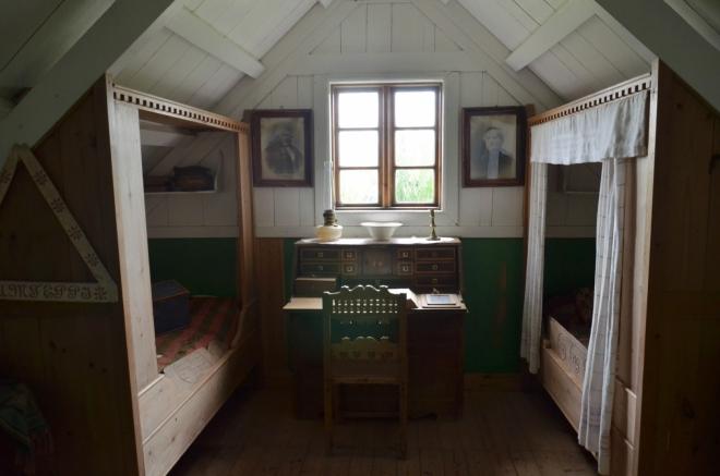 Pokoj faráře a jeho ženy. I zde jsou postele dosti krátké.