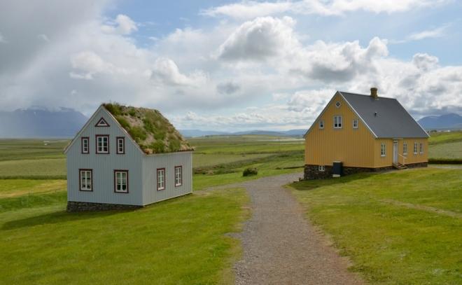 Vedle se nacházejí dva další domy, patřící též k muzeu. V jednom je obchod se suvenýry, kde kupujeme brožurku o stavbě trávových domečků, v druhém je restaurace.