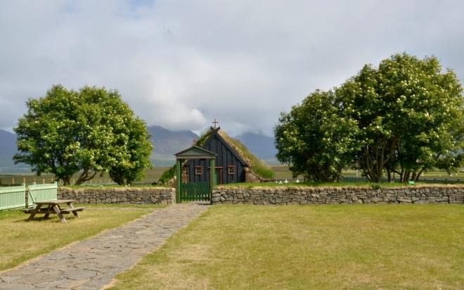Kostelík Viðimýrarkirkja z roku 1834 se zídkou z kamenů.