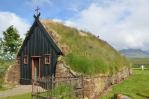 Střecha je též pokryta travními drny.