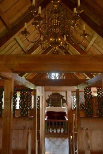 Vnitřek kostelíka je obložen dřevem a jsou v něm dřevěné přepážky. Ty oddělovaly jednotlivé vrstvy obyvatel: vepředu seděli nejdůležitější a nejbotatší vesničané, za nimi běžní statkáři a úplně vzadu u vchodu chudina.