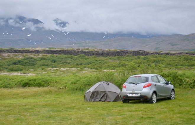 V kempu v Þingvelliru. Nahoře je vidět skála nad okrajem propadliny.