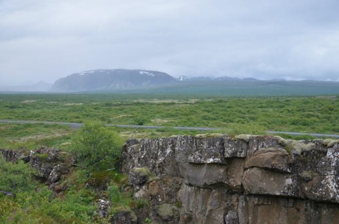 Výhled od skály. Celá příkopová propadlina je široká, táhne se v podstatě až pod horu v dáli, kde jsou také skály.