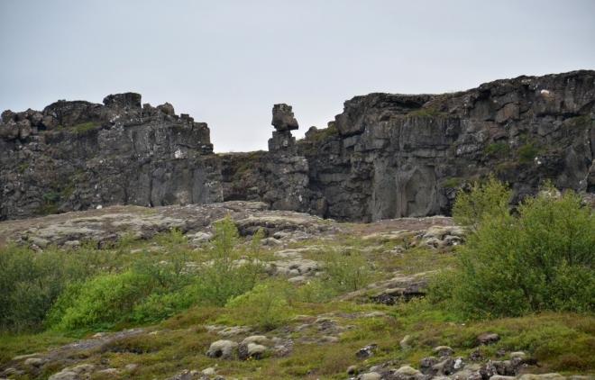 Jeden z islandských středověkých náčelníků zde zůstal a dohlíží na Thingvellir. Co asi říká na davy turistů, kteří tu v létě dennodenně proudí?