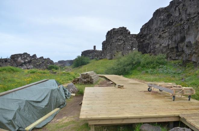 """Dřevěný chodník pro turisty ve stavbě. Jednou to tu bude """"geologická ZOO"""""""