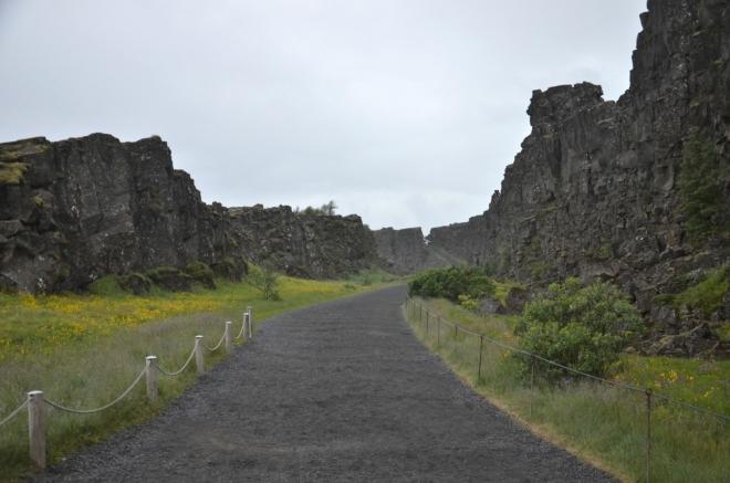 Cesta mezi skalami nahoru na vyhlídku