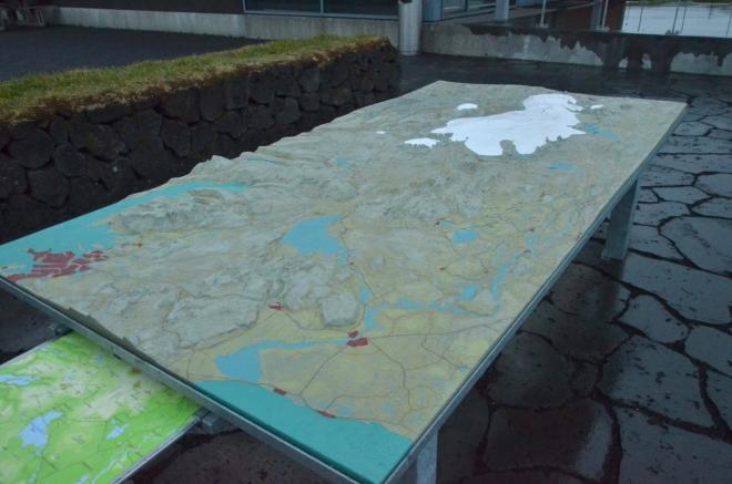 """3D model krajiny okolo Thingvelliru u vyhlídky. Vlevo je Reykjavík, uprostřed Þingvallavatn a vzadu Langjökull, což znamená """"dlouhý ledovec"""""""