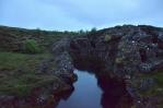 Skála rozervaná vedví a voda v ní působí velmi romanticky