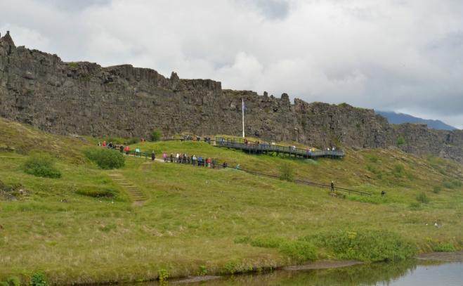 Místo islandských náčelníků se zde dnes scházejí davy turistů, jistě v mnohem větších počtech.