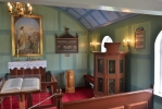 Vnitřek kostelíka, i zde s modrým stropem
