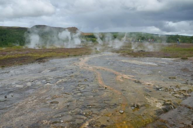 Horké potoky se rozlévají po planině a ochlazují.