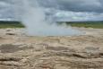 Geysir, dnes již nečinný. Ale po nějakém zemětřesení či blízkém sopečném výbuchu klidně zase tryskat může.