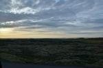 Loučení s Islandem a jeho lávovými poli (v popředí na fotce) cestou busem na letiště v Keflavíku