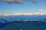 Vzdálené vrcholky hor.