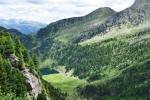 Pohlédnout hluboko do údolí, kde malé stádo ovcí připomíná bílé hlavy odkvetlých pampelišek, čekajících až jejich semínka rozfouká vítr po celém světě...