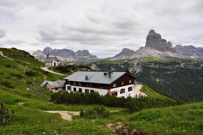 Rifugi Monte Piana A. Bosi leží ve výšce 2 205 m a na vrchol Monte Piana (2 324 m n. m.) je to již kousek.