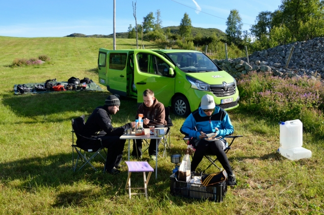 Do Osla nás čekají ještě přibližně čtyři hodiny jízdy autem, je potřeba se před cestou pořádně posilnit.