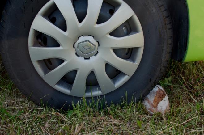 Aby nám auto nesjelo z louky, podepřeli jsme jedno z kol ztvrdlým chlebem. Byl tak tvrdý, že ho nepoškodilo ani následné přejetí.