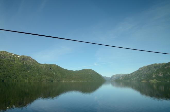 Kousek za tábořištěm míjíme velice protáhlé jezero Totak.