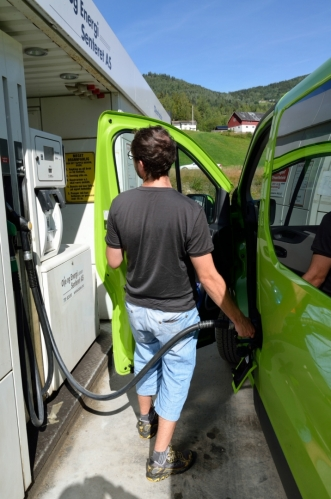 Už nějakou chvilku pokukujeme po levné čerpací stanici. Máme štěstí – potkáváme jednu sice hodně malou a zapadlou, ale cena nafty je tu doslova rekordně nízká, za jeden litr platíme pouze 11,8 NOKu (přibližně 33 korun). Bereme dostatek nafty na to, abychom dojeli až za hranice Norska, kde bude tankování opět levnější.