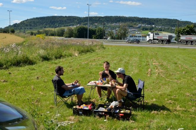 U jedné z čerpacích stanic kousek před Oslem zastavujeme na oběd. Tohle je určitě to nejrušnější místo, na kterém jsme v Norsku jedli – asi dvacet metrů za námi se nachází dálnice.