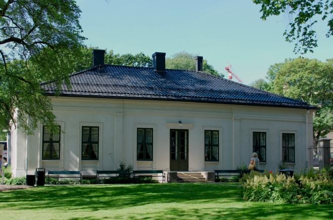 Přecházíme silnici a ocitáme se v areálu Univerzity v Oslu, konkrétně její právnické fakulty.