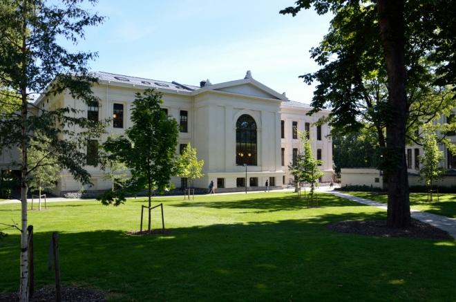Pohled na hlavní budovu nejstarší a největší univerzity v Norsku ze strany.