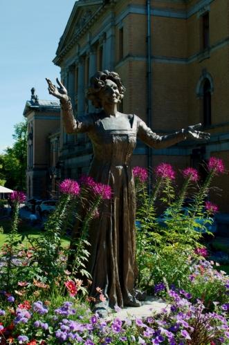 Po pár krocích se před námi objevuje tato socha, nejspíše měděná. Podobných soch se v rozkvetlém okolí Národního divadla, jež je možné zahlédnout v pozadí, nachází více.