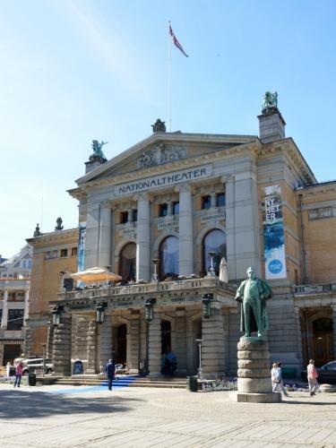 Nyní se nacházíme před hlavním vchodem do divadla, jež tu stojí od konce 19. století.