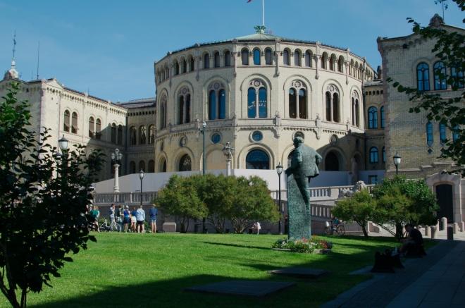 Nevadí, pokračujeme dál, bez záchodů to ještě chvíli vydržíme. Opět děláme jen pár kroků a ocitáme se před budovou Stortinget, kde sídlí norský parlament. Ten byl ustanoven v roce 1814.