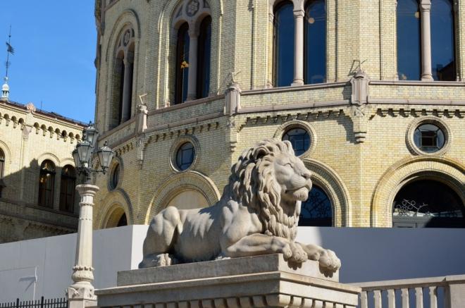Skoro by se chtělo říct: typický český lev přímo před norským parlamentem.