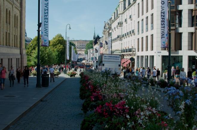 Od budovy parlamentu se vracíme na hlavní ulici Osla. V pozadí na fotce je vidět Královský palác, k němu se dnes ještě podíváme.