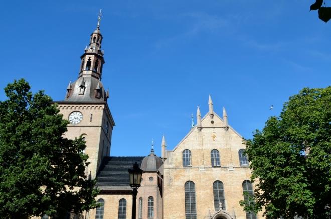 Další naše krátká zastávka se odehrává před hlavní katedrálou Osla. Ta byla postavena v letech 1694–1697 a současnou podobu získala při rekonstrukci mezi lety 1848–1850.