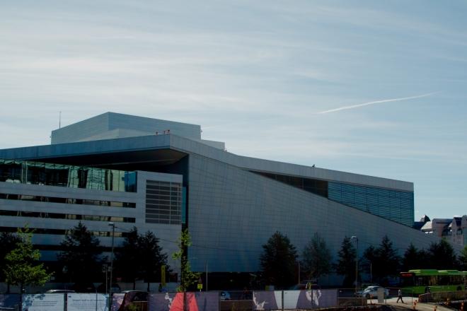 Od nádraží je to již jen kousek k našemu dalšímu cíli – Nové budově Opery.