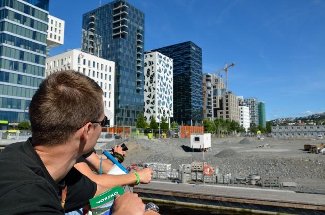 Přístavní čtvrť Bjørvika je v současnosti horlivě přestavována; renovace se v zásadě týká celého osloského pobřeží a jedním z jejích produktů je právě i zmíněná budova Opery. Nově vzniklé budovy na této fotografii působí velice zdařile.