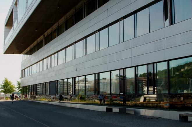 Operu nejdříve obcházíme zezadu. Již na první pohled je vidět, že Nová budova Opery je opravdu velice nová, otevřena byla 12. dubna 2008.