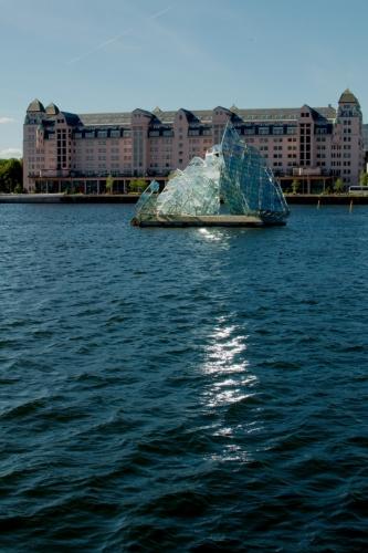 Pozorujeme vlny zdejšího zálivu a zvláštní skleněný monument připomínající plachetnici.