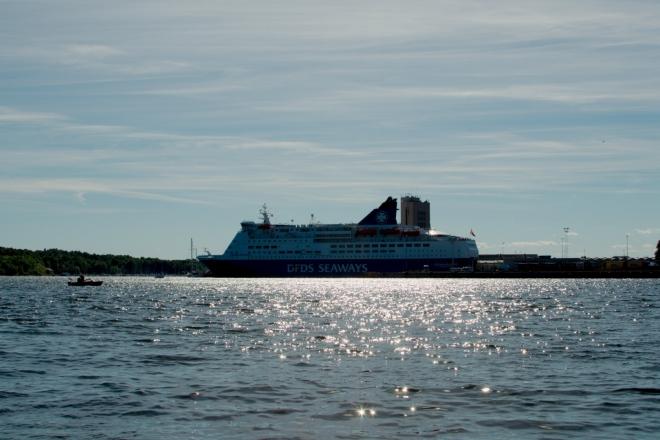 Z místa, kde sedíme, je pěkný výhled na velkou výletní loď kotvící v přístavu.