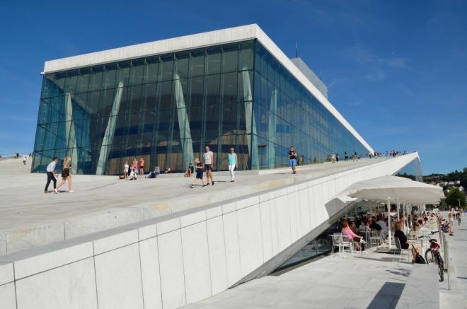 Po příjemné chvilce strávené na břehu moře stoupáme na vyhlídku nacházející se na střeše Opery. Čeká nás nostalgický moment – naše poslední vyhlídka v Norsku.