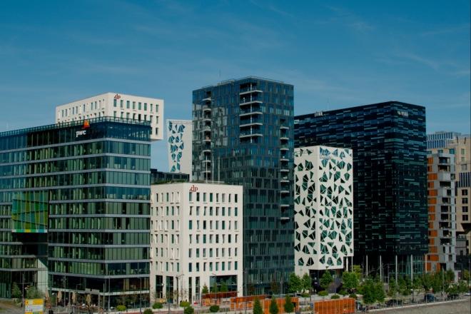 Pohled na východ nabízí několik moderních budov s kancelářskými a obytnými prostory, které jsme už měli možnost spatřit.