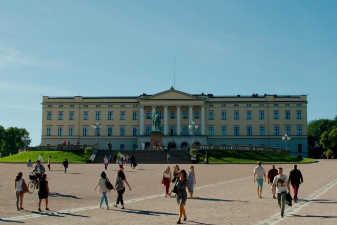 Přišel čas prohlédnout si Královský palác, jenž byl postaven v 1. polovině 19. století a je až do dneška oficiální rezidencí norské královské rodiny.