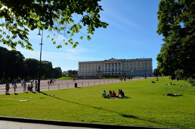 Palác je obklopen rozsáhlým parkem, v němž posedává či polehává plno lidí.
