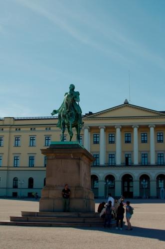 Socha Karla Johana, po kterém je pojmenována hlavní ulice města. Právě pro tohoto panovníka byl palác postaven.
