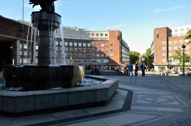 Před radnicí se nachází ještě vodní kaskáda, u níž jsme si bohužel moc dlouho neposeděli. Náměstí pojmenované po polárníku a držiteli Nobelovy ceny míru Fridtjofu Nansenovi je tvarované do kruhu s pomocí domů vzhledově sladěných s radnicí.