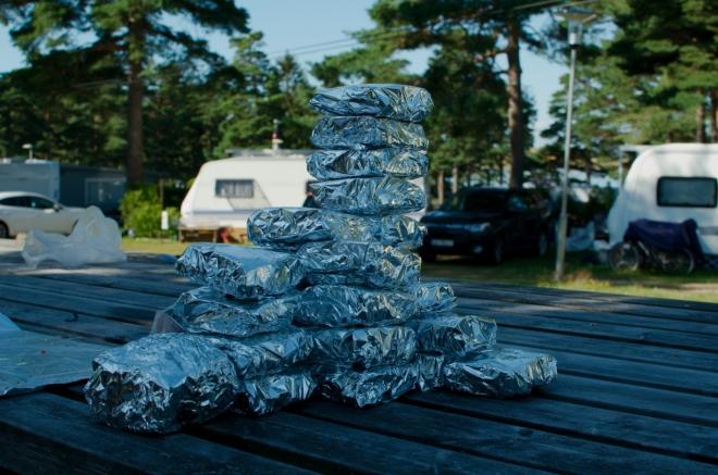 Z hotových sendvičů stavíme pro pobavení věž.