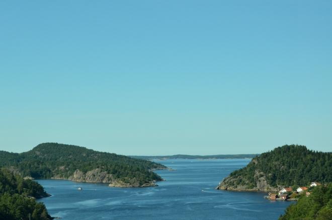 Na mostě přes Svinesundskou úžinu dáváme v 11:40 Norsku sbohem. To je samozřejmě vtip, bylo by s podivem, kdybychom bez další návštěvy této mimořádné země vydrželi déle než pár let.